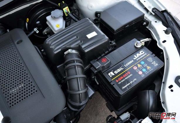 """1、蓄电池长时间不用的话,会自行放电,时间过长电瓶就会没电。汽车口碑网小编认为为了防止这一现象,我们的爱车不要过长时间的停放。隔三差五的去着个车,给电瓶充充电。 2、在汽车发动机停止工作后,也就是我们所说的熄火后,减少使用电器的时间。没有发动机的电源供给,长时间使用电器如车内音响设施,或汽车大灯等,会消耗电瓶内部的电量,本身储电量就会下降,这时如果在长时间不使用车的话,很容易导致电池""""罢工""""。 3、在下车时要注意检查是否关闭了车内电器。近几年的新车型还好,熄火后车大灯也会随之熄灭"""