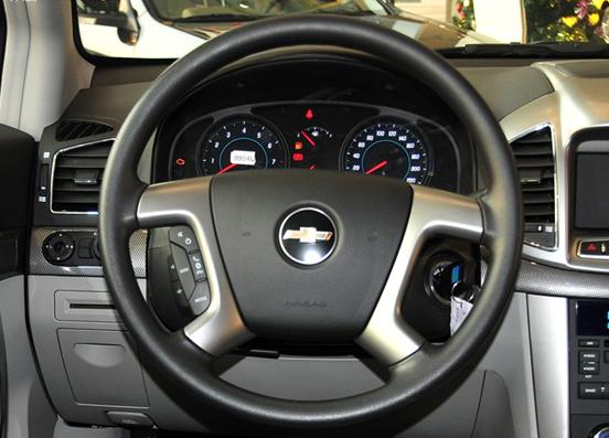 而方向盘尺寸较大,手感不错。人性化设计十分足,娱乐功能按钮设计基本在手指控制之前,方便驾驶者的操作,避免了影响驾驶安全。由于本次试驾车辆为2.4AT版,中控台正中央是一个有开关的储物格,取代了液晶导航界面。更为重要,座椅,中控台的做工十分精细,也凸显了内饰的档次。