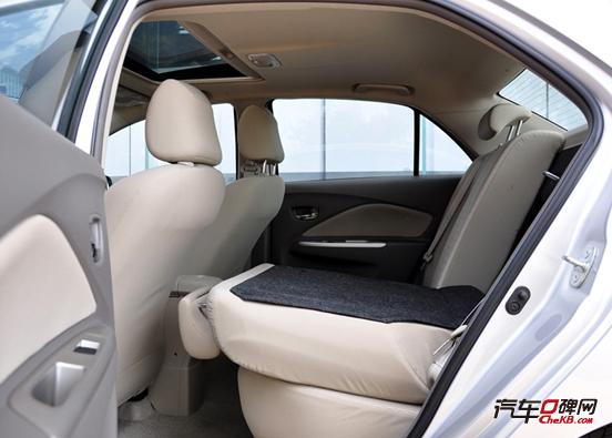 """作为丰田专为中国市场设计的车型,威驰遵循了""""三厢""""原则,同时采用了A柱前移设计,车头和尾厢都很短,车厢中部则拉得很长,使它具备了出色的内部空间。   威驰建立于丰田的NBC平台上,但2500mm的轴距比同平台的威姿、威乐车型长了130mm,不仅有利于获得更佳的乘坐空间,还使车身造型更加舒展、得体,4285mm的车身长度也非常适中,可以说是年轻化家庭轿车的黄金尺寸。   从外形来看,威驰绝对是部平易近人的车,你不会觉得它老土、守旧,也没有任何让人讨厌的元素。2006年初经过小改"""