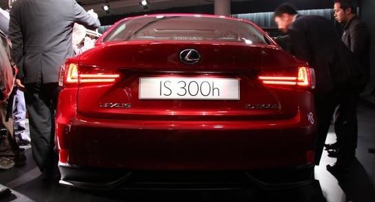 传动方面,is 250车型配备6速自动变速器,is 350的后驱车型配备的是spo