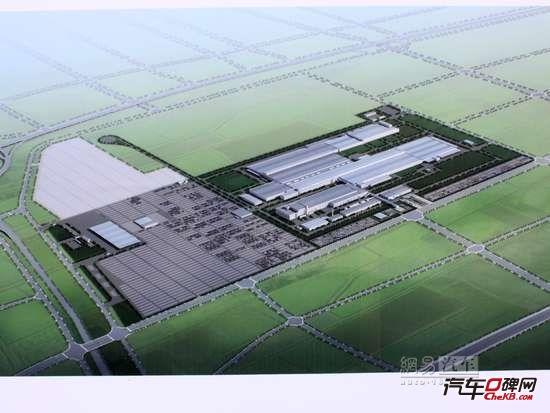 上海大众长沙项目规划图 正如湖南省委书记徐守盛透露一则消息,目前,长江中游城市群的崛起已经纳入国家重要发展新的经济增长极,也是国家下一步的战略发展重点,目前已经开始进行顶层设计。 一位业内资深人士表示,以湖南、武汉为代表的华中地区汽车市场正在快速发展,依托当地相对成熟的产业优势,正在成为中国汽车产业新一级。 上海大众长沙项目探营 从长沙市区驱车40分钟左右,一过榔梨镇进入干衫镇,当满眼都是黄瓜藤、果树的时候,一大片刚刚平整好的土地也开始映入眼帘。这里就是上海大众长沙项目的工厂所在地。在该项目西面是长株高