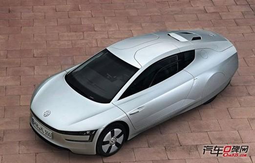 大众XL1外观 大众XL1拥有超低的风阻,0.189Cd—0.4Cd而由于低风阻造型、轻量化车身及低滚动阻力轮胎等设计相辅相成,XL1只需很小的动力就能让XL1保持前进。在时速100km/h的时候,XL1只需8.4s的动力输出就能让XL1保持定速行驶;若是在电动模式,同样是以时速100km/h的速度前进1km大众XL1所消耗的电量不到0.