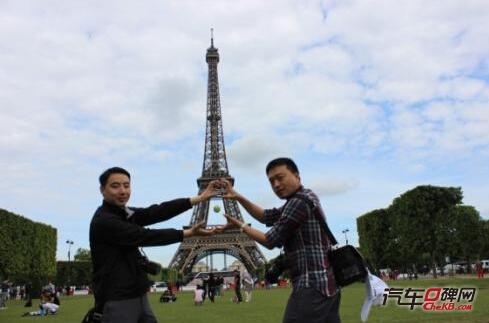 「搞怪的车主们在巴黎铁塔前玩创意」