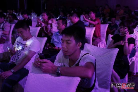"""""""摇一摇""""手机互动吸引了众多现场嘉宾参与"""