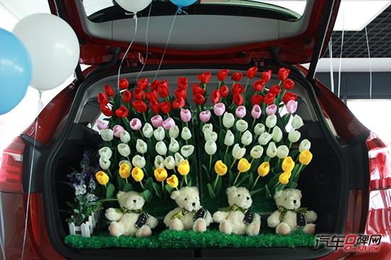 在小2宽敞的后备箱放上了我最爱的鲜花和小熊,还有最重要的就是交给新