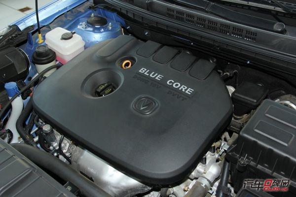 """发动机的保养在整车保养中至关重要,车辆正常行驶5000公里""""或""""使用3个月需更换一次发动机机油和机油格。如果你自驾游的距离较长或超过了车辆保养间隔的里程周期,又或者你所行驶的路况比较复杂,空气质量欠佳的环境下,最好更换发动机机油,避免发动机在高温高压、交变载荷和腐蚀的工况下导致对发动机的磨损。"""