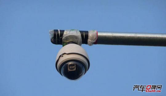 如果在违章摄像头的杆子上或周围的墙壁上发现有一个长30公分、宽10公分、高40公分的铁盒子,那这个通常就是是违章摄像头。这个铁盒子里面通常装的是光端机,就是将摄像头输出的电信号转换为光信号,通过光纤将该信号传输到监控室,然后记录在硬盘录像机里。也就是说这个铁盒子主要是传输违章照片用的。