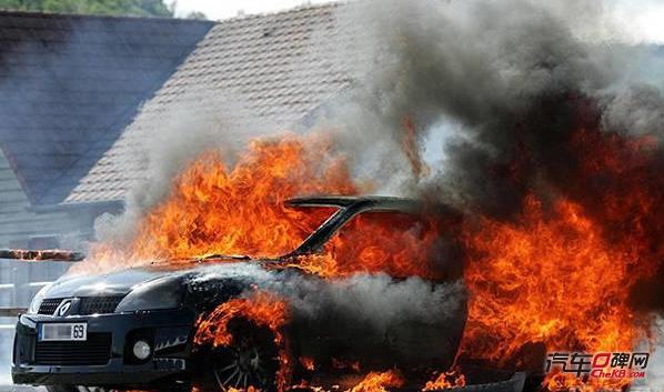 想要了解如何避免车辆自燃,我们就要先了解车辆自燃都有哪些诱因。其实燃烧必须要有三个条件,充足的氧气,足够的温度,易燃物接触到高温。而汽车会产生自燃,基本有如下几种情况:第一,车辆油路出现破裂;第二,车辆的电路发生老化或接驳不当;第三,高温引燃物品;第四,发生碰撞后造成油液泄露,接触高温部件引发燃烧。